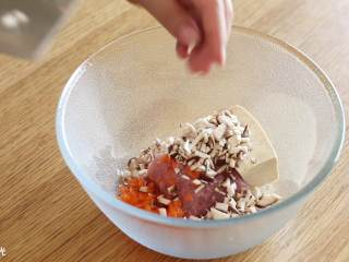 香菇酿肉圆18m+,接着,肉末、胡萝卜末、豆腐和香菇,放入碗中~