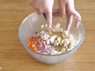香菇酿肉圆18m+,豆腐用勺子碾碎~