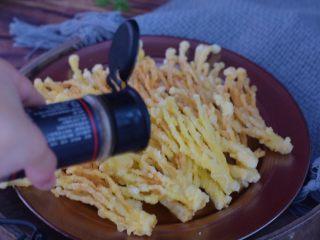椒盐金针菇,撒上椒盐粉
