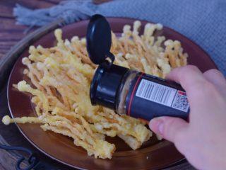 椒盐金针菇,撒上孜然粉即可享受美味了