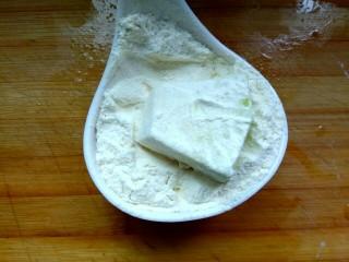 家常烧茄子,取适量面粉,把茄子粘上面粉
