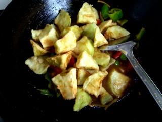 家常烧茄子,放入茄子,紧接着放入小碗中的调料汁