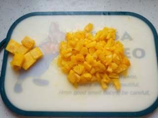 菠萝果酱,将果肉切成小块,芯单独切出来,也切成小块