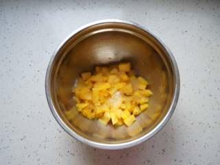 菠萝果酱,一层菠萝肉一层白糖,连同打碎的菠萝芯一起这样操作