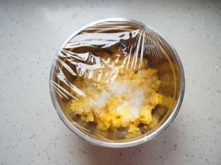 菠萝果酱,敷上保鲜膜放入冰箱冷藏过夜