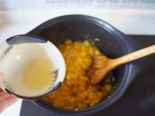菠萝果酱,将柠檬汁倒入已经有些粘稠的果酱中继续熬煮