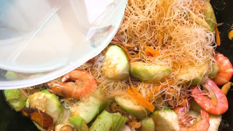家常炒米粉,注入三角贝的汤