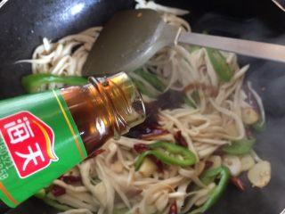 蚝油手撕杏鲍菇,加入适量蚝油