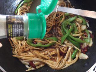 蚝油手撕杏鲍菇,加入黑胡椒粉翻炒熟即可