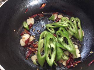 蚝油手撕杏鲍菇,加入青椒翻炒至8分熟