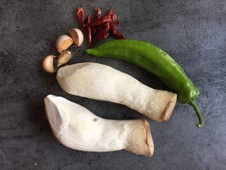 蚝油手撕杏鲍菇,食材: 杏鲍菇2个,青椒1个,干辣椒8个,蒜瓣4瓣,蚝油、生抽、黑胡椒粉适量