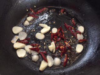 蚝油手撕杏鲍菇,放入干辣椒爆香