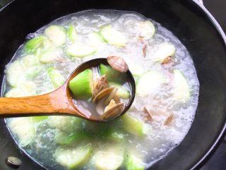 夏天必喝-丝瓜花蛤汤,花蛤煮开壳即可