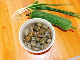 夏天必喝-丝瓜花蛤汤,食材准备好,花蛤提前放淡盐水里浸泡吐沙30分钟左右
