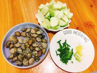 夏天必喝-丝瓜花蛤汤,洗净的花蛤,丝瓜去皮用滚刀切法,香葱切段,姜切丝