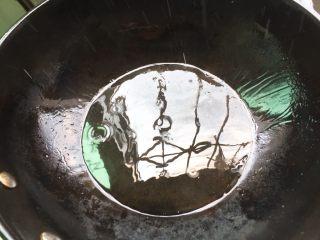 夏天必喝-丝瓜花蛤汤,起油锅,热锅倒油