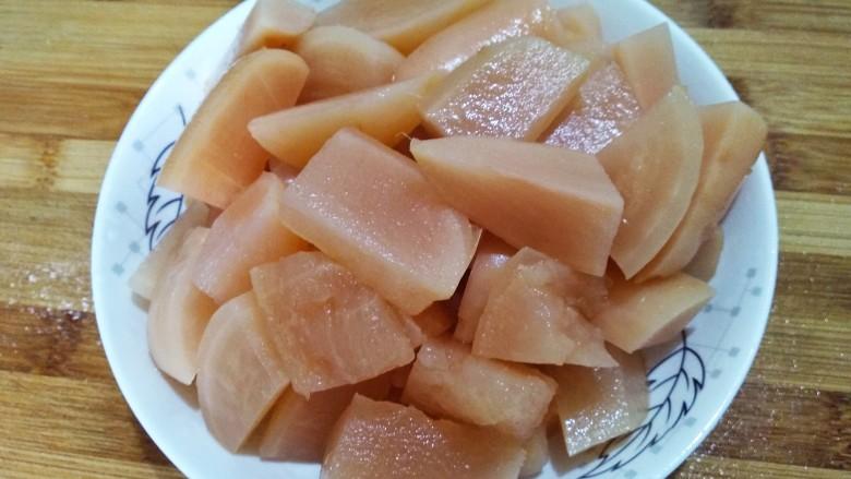 酸萝卜老鸭汤,酸萝卜切块