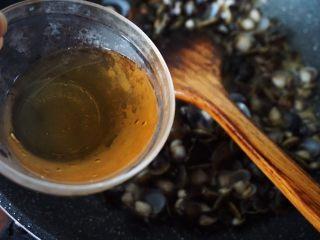 梅汁炒蛤,蛤开口后淋入梅汁翻炒