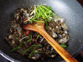 梅汁炒蛤,最后加入葱段和辣椒,淋入少许生抽翻炒均匀即可