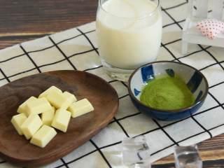 抹茶白巧克力欧蕾,夏日消暑最佳饮品之一,『食材』  牛奶/白巧克力/抹茶粉/冰块