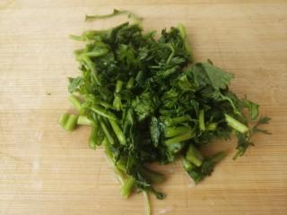 洋葱拌土豆丝,把香菜切成末。