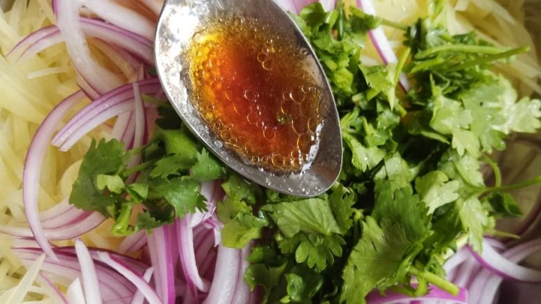 洋葱拌土豆丝,再加一勺拌菜沙拉汁。