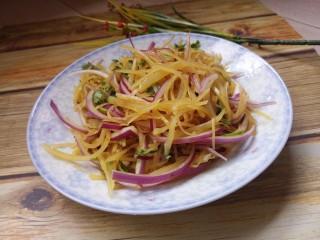 洋葱拌土豆丝,拌匀就可以吃了。