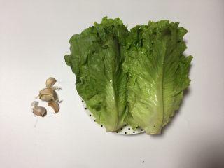 蚝油生菜,所用食材 生菜2棵、蚝油1勺、生抽1勺、白糖1茶匙、生粉少许、食用油少许、蒜瓣4瓣、清水适量