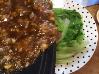 蚝油生菜,然后浇到生菜上即可食用
