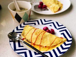 快手营养早餐13,火龙果挖球摆盘,在蛋包饭上挤适量番茄沙司,既装点了美食,又增加了味道层次感。蘑菇蛋包饭完成,跟全家人一起享用吧! 圆菇炒饭的鲜香加上蛋皮的软糯柔滑,再配一点点番茄沙司的酸甜,入口即化,口感层次饱满,绝对征服你的味蕾!