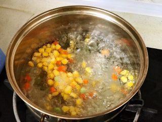 快手营养早餐13,先把三丁放沸水里焯一下;