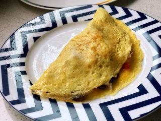 快手营养早餐13,出锅盛盘,将蛋皮折过来,完美盖住炒饭,蛋包饭成功;
