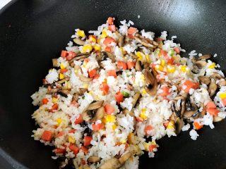快手营养早餐13,这时加入炒好的圆菇翻炒,加适量的研磨黑胡椒粒和食盐炒匀关火备用;