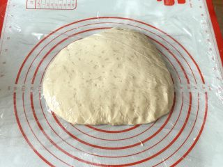 花朵餐包,取出铺平盖上保鲜膜发酵50分钟左右