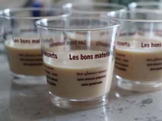 芒果椰奶冻 杨枝甘露般的美味,倒入杯中,冷藏到凝固。