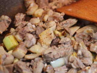 香辣啤酒鸭,放入鸭肉炒至表皮略微焦黄。