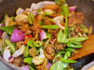 香辣啤酒鸭,煮至还生少量汤汁时,放入青椒、洋葱和朝天椒。
