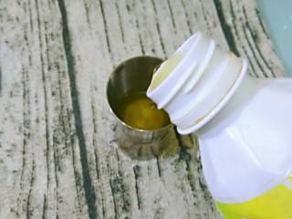蓝色夏威夷,柠檬汁0.5盎司,倒入摇酒壶中