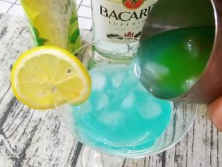 蓝色夏威夷,倒入鸡尾酒杯中,可以用柠檬片装饰
