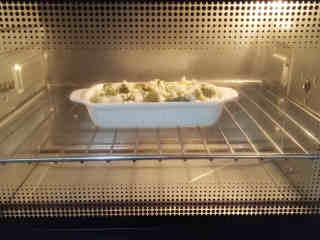 焗西兰花,烤箱上下火180度预热后,将烤碗放入烤箱中层,烘烤12分钟左右;