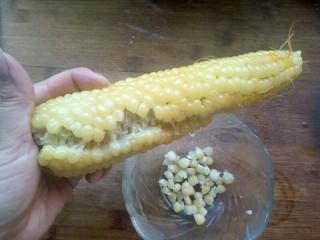奶香玉米汁,如图先掰个口子,后面就好掰了,也可以用刀来切。