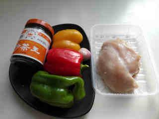彩椒鸡丁,准备所有的材料,鸡胸肉洗净撕掉油脂,各色柿子椒洗净