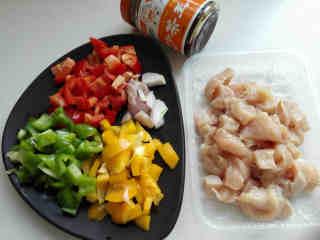 彩椒鸡丁,彩椒全部切成小丁,红葱头切丝