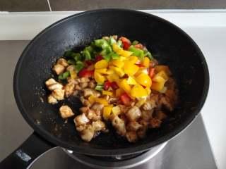 彩椒鸡丁, 翻炒均匀后,放入全部的彩椒丁,翻炒至全部沾满酱料即可盛出