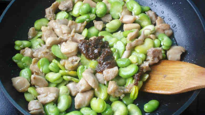 蚕豆炒鸡丁,加入蚕豆炒几下再加入沙茶酱炒均匀