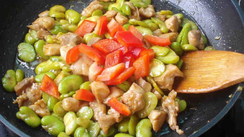 蚕豆炒鸡丁,最后加入红椒炒匀即可出锅
