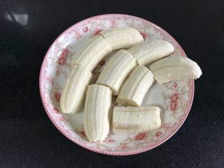 燕麦香蕉,香蕉剥皮切段。