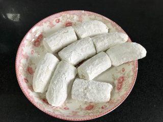 燕麦香蕉,裹上一层玉米淀粉。