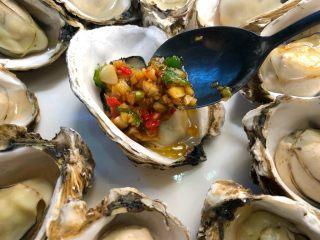 蒜蓉牡蛎,把蒜酱用勺子舀到牡蛎里