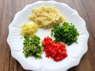 蒜蓉牡蛎,蒜头、生姜、青红椒全部切末,葱切葱花
